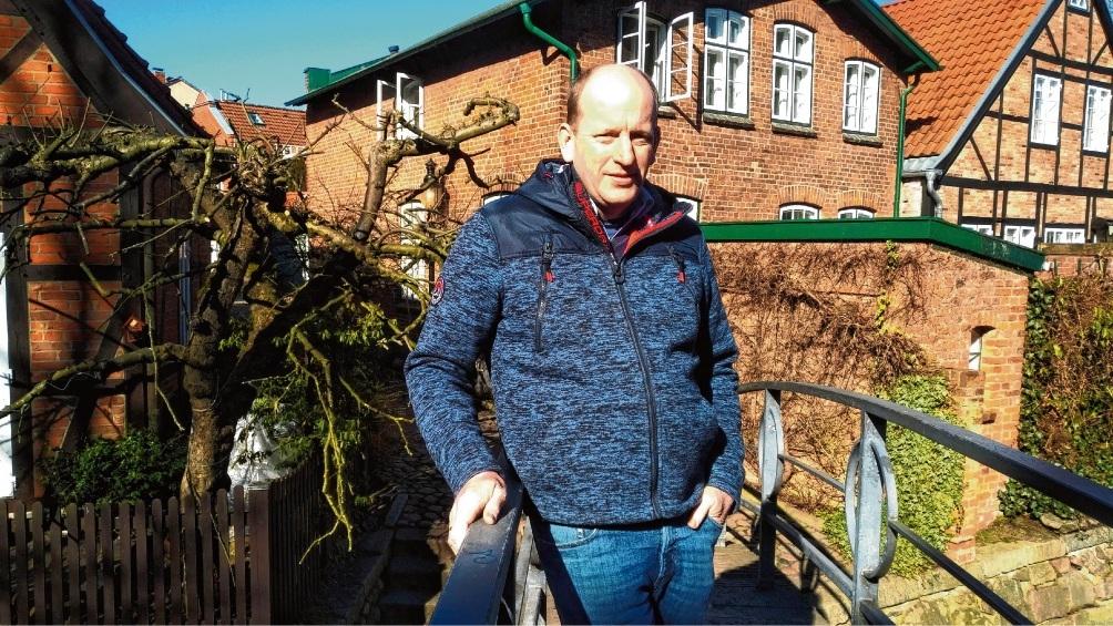 Thomas Benthien beim Rundgang durch die Oldesloer Innenstadt.  Finn Fischer