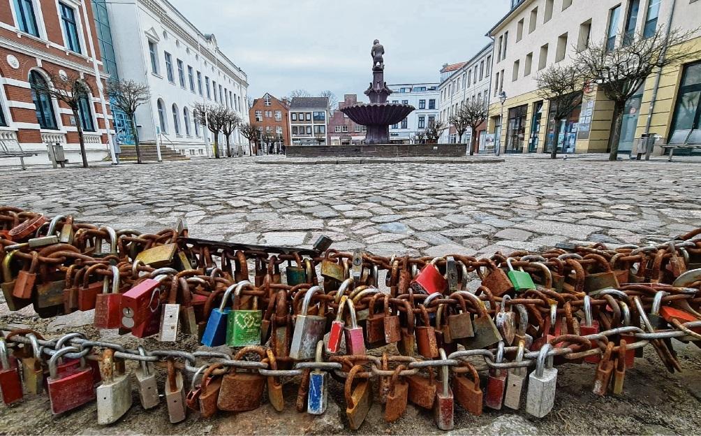 Hochzeitsketten am Bad Oldesloer Marktplatz.  Patrick Niemeier