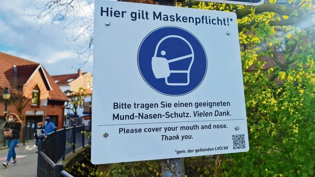 Ein Maskenpflichthinweis am Marktplatz Bad Oldesloe. Ab heute greifen zudem neue Maßnahmen im Kreis Stormarn. Grund sind die hohen Inzidenzen. Patrick Niemeier