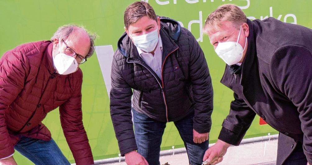 Horst Kühl (v.l.), Aufsichtsratsmitglied der VS sowie Geschäftsführer Marius Lembicz und Olaf Poetzing ließen die Zeitkapsel gemeinsam in den Boden ein.  Vereinigte Stadtwerke