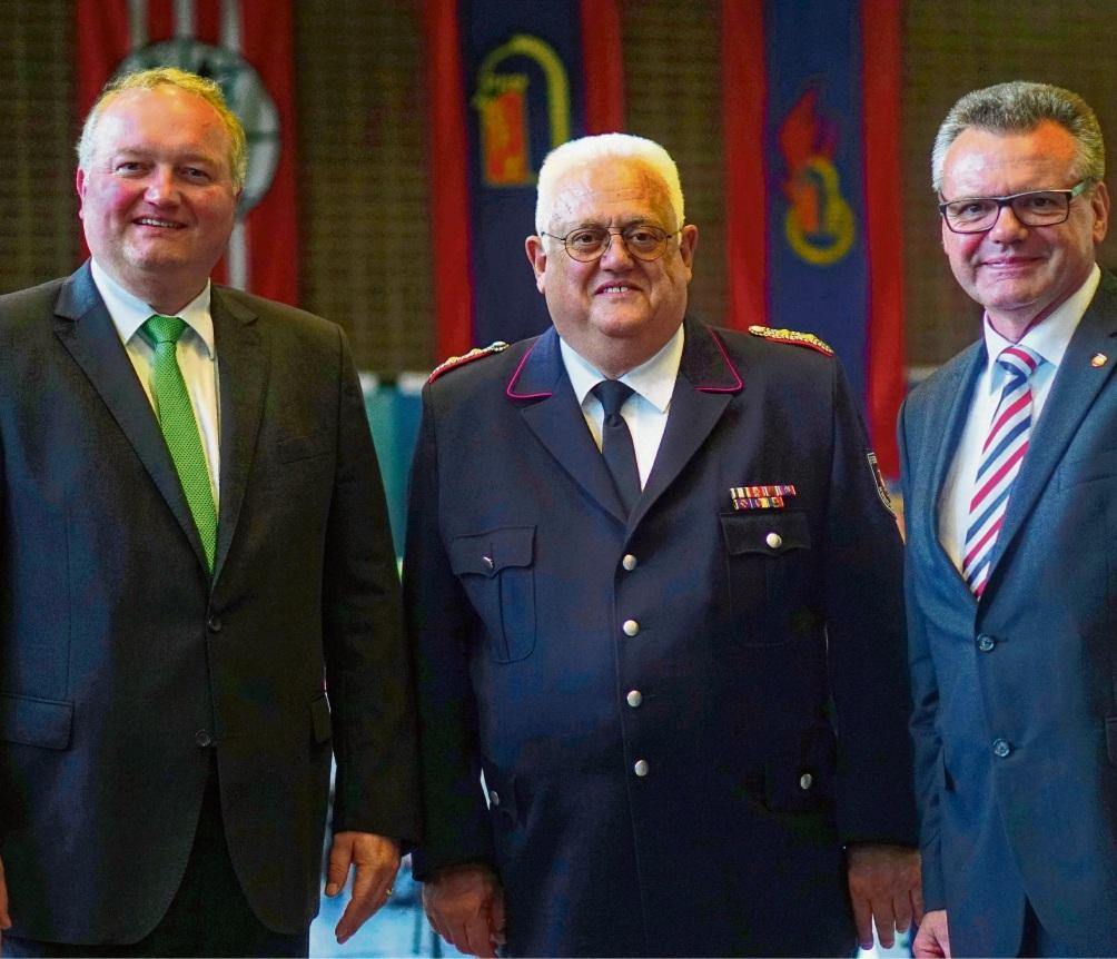 Stormarns Landrat Dr. Henning Görtz (l.) mit Kreisbrandmeister Gerd Riemann und Kreispräsident Hans-Werner Harmuth bei einer Veranstaltung des Kreisfeuerwehrverbands. Niemeier