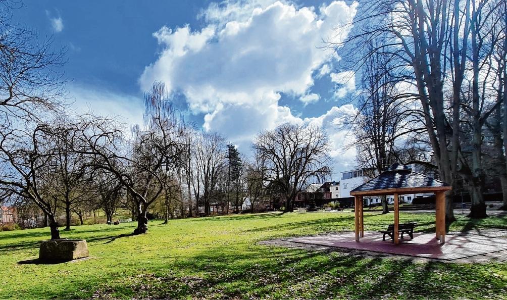 Würde langfristig auch die grüne Wiese bebaut werden? Kritiker befürchten das. Im Hintergrund (rechts) das Seniorenheim.  Patrick Niemeier