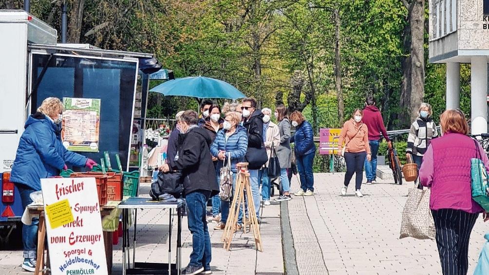 Großer Andrang an den Ständen des Bad Oldelsoer Wochenmarkts am Sonnabend. Patrick Niemeier/Peter Wüst