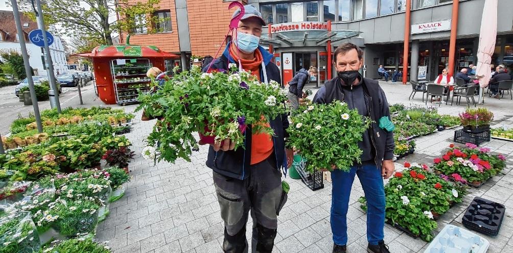 Stefan Jansen (l.) und Peter Coombes freuten sich über große Nachfrage an ihrem Gartenpflanzenstand in Bad Oldesloe.