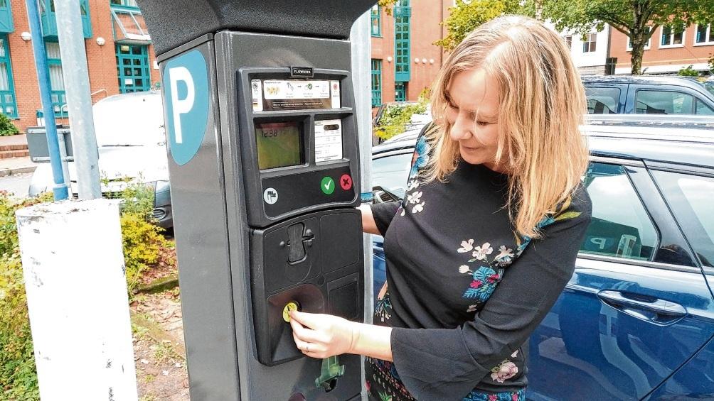 Agnes Heesch von der Stadtverwaltung an einem der Parkautomaten in der Innenstadt. Die Gebührenzonen werden ausgeweitet.  Finn Fischer