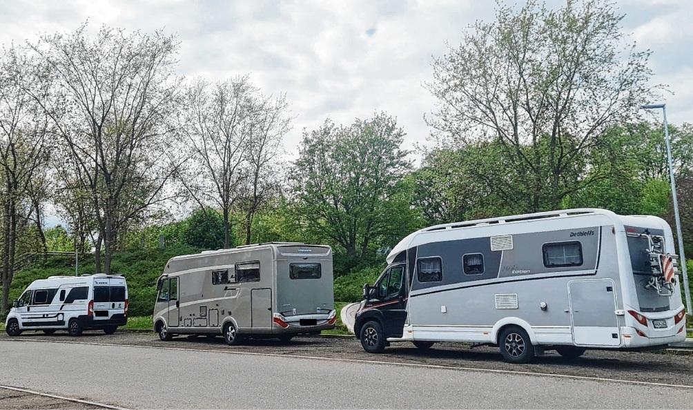 Wohnmobil-Touristen warten auf dem Bad Oldesloer Exer auf die Freigabe der Stellplätze. So lange nutzen sie die normalen Parkflächen. Doch ist das über Nacht erlaubt?  Patrick Niemeier