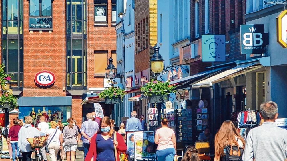 Das gute Wetter und die geöffneten Geschäfte inklusive Außengastronomie haben die Frequenz in der Bad Oldesloer Innenstadt deutlich erhöht.  Patrick Niemeier