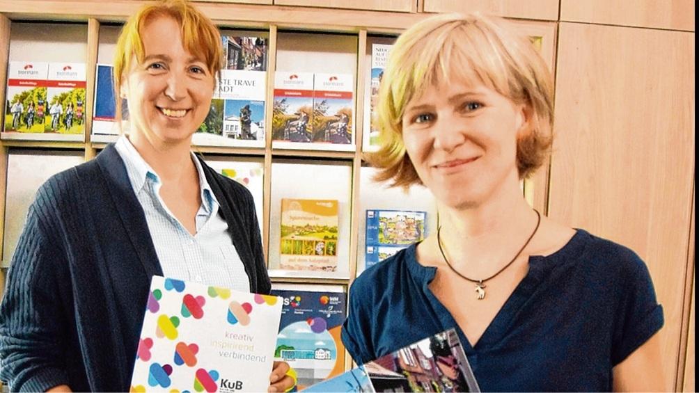 Es geht wieder los: Manja Eggers und Anja Lübben von der Bad Oldesloer Stadtinfo händigen Gästen auch touristische Informationen aus. Patrick Niemeier