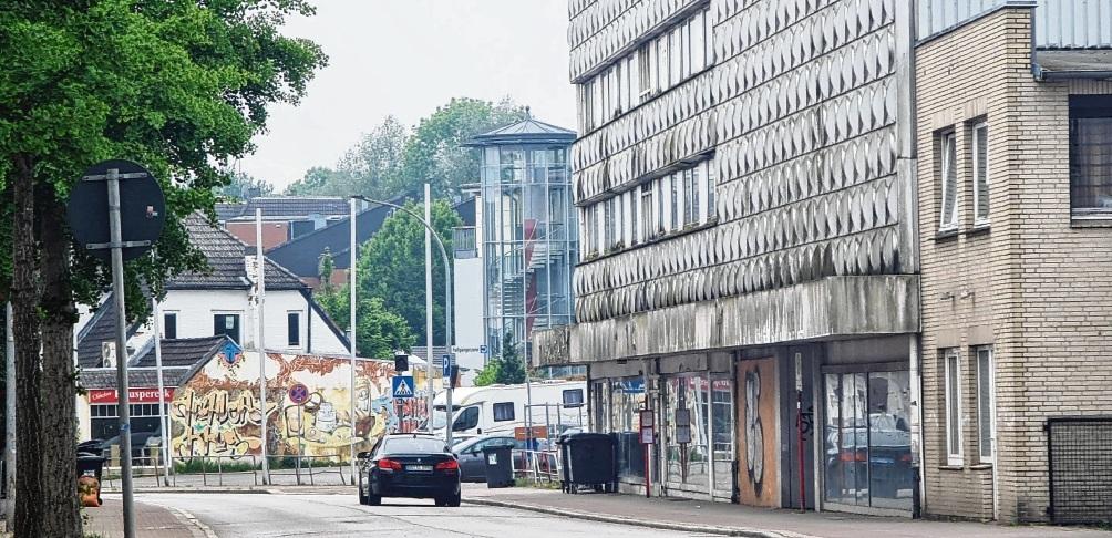 Das Gebäude Lübecker Straße 26 (im Hintergrund mit der bemalten Wand) ist bereits im städtischen Besitz und wird zeitnah abgerissen. Beim ehemaligen Kaufhaus Nickel mit der Alu-Fassade hofft der Bürgermeister auf baldige Klärung.  Patrick Niemeier