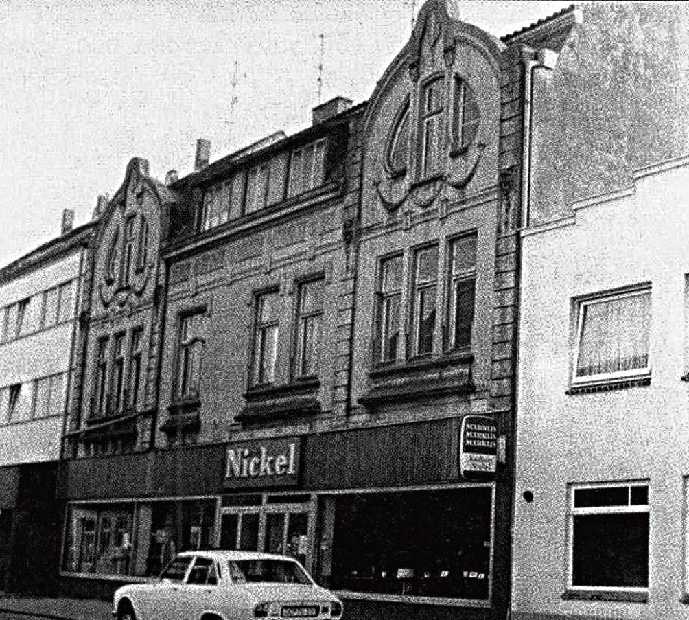 Da gab es die Jugendstilfassade noch: Das Gebäude des Kaufhauses Nickel in der Lübecker Straße in den 1960er Jahren vor der Verkleidung mit einer Alu-Wand.  Stormarner Tageblatt Archiv.