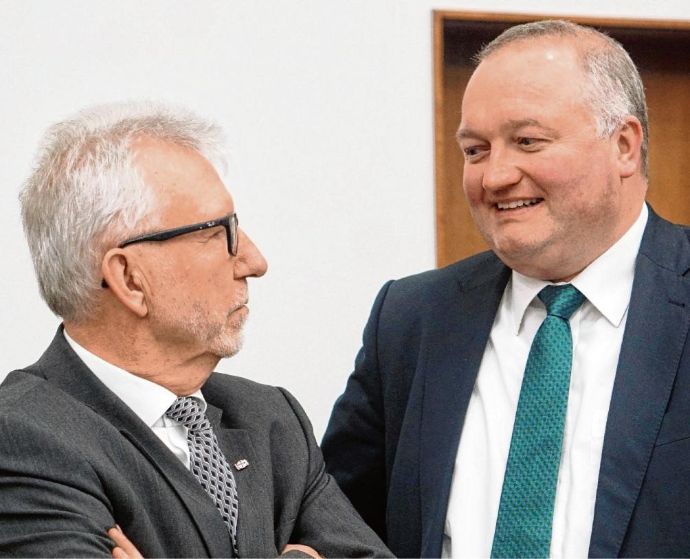Henning Görtz (r.) mit seinem Vorgänger Klaus Plöger. Der SPD-Mann wurde seinerzeit von den Christdemokraten bei der Landratswahl unterstützt.  Patrick Niemeier