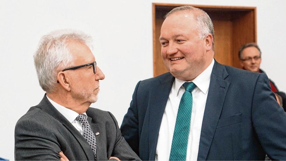 Dr. Henning Görtz (r.) mit seinem Vorgänger Klaus Plöger am Tag seiner Wahl im Kreistag.  Patrick Niemeier