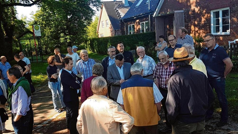 Großes Interesse an der Mitwirkung. Bürgermeister Jörg Lembke (in der Mitte) bei einem Ortstermin in Seefeld 2017 mit Verwaltungsmitarbeitern, Politikern und Anwohnern.  Patrick Niemeier