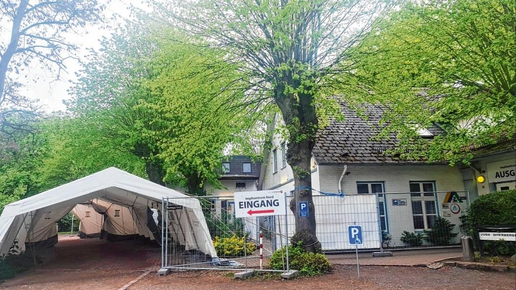 Der Eingangsbereich des Impfzentrums in Bad Oldesloe. Hier ist der Andrang mittlerweile nicht mehr so hoch wie noch vor Wochen.  Patrick Niemeier