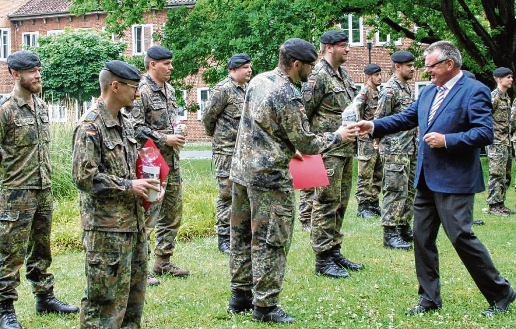 Soldaten der Bundeswehr rücken aus dem Stormarner Gesundheitsamt ab. Kreispräsident Hans-Werner Harmuth überreichte kleine Präsente.  rtn, Peter Wüst