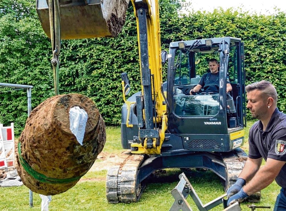 Die entschärfte 250-Kilo-Bombe wird vorsichtig vom Kampfmittelräumdienst verladen.  Peter Wüst/rtn