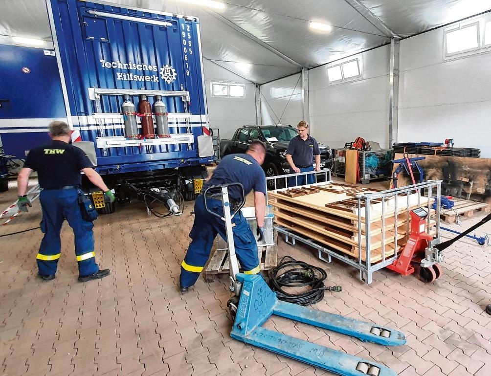 Helfer des THW in Bad Oldesloe packen ebenfalls ihre Ausrüstung für den Hochwassereinsatz.  Finn Fischer