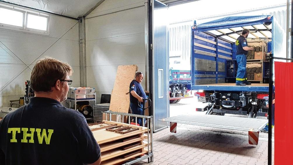Das THW Bad Oldesloe beim Verladen von Material vor der Abfahrt.  Finn Fischer