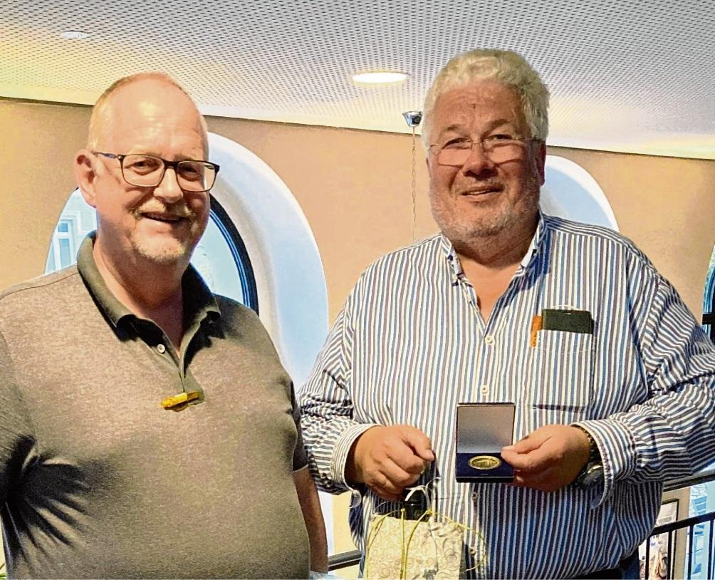 Horst Möller (rechts) gemeinsam mit seiner Ehrenmedaille und seinem Nachfolger Jörn Lucas.  CDU Bad Oldesloe