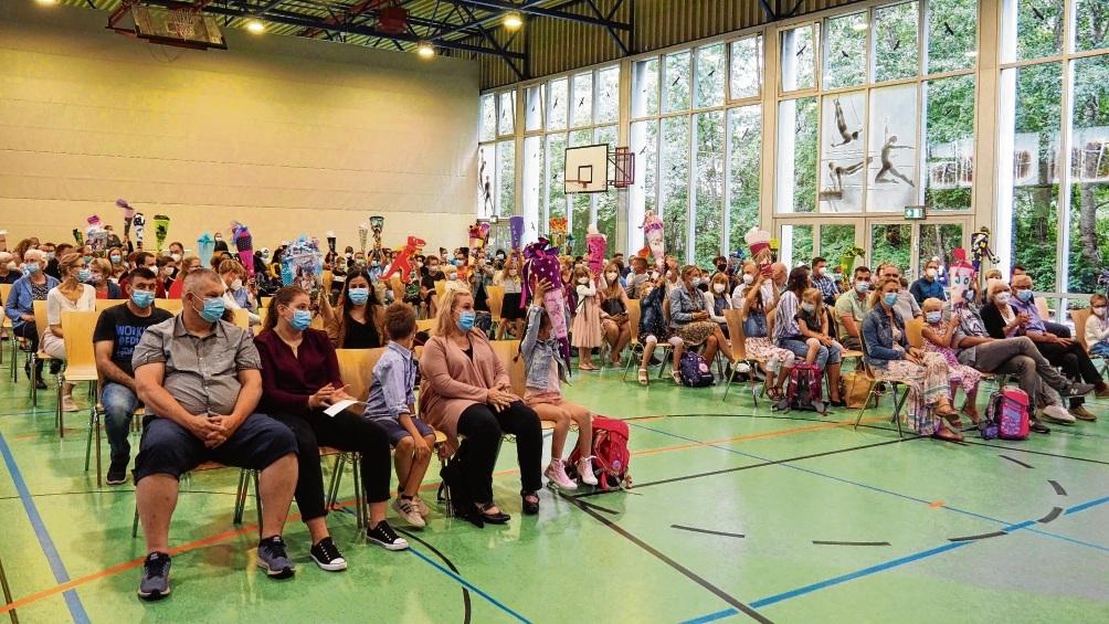 95 Mädchen und Jungen wurden gestern in der Schule am Masurenweg eingeschult. Hier halten die Kinder der Klassen 1c und 1d ihre Schultüten in die Höhe.  Susanne Rohde