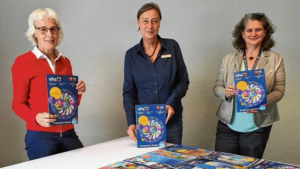 Gabi Stöver-Marx (v.l.), Karin Linnemann und Tracy Newton stellen das neue VHS Herbstsemester-Programm vor.  Finn Fischer