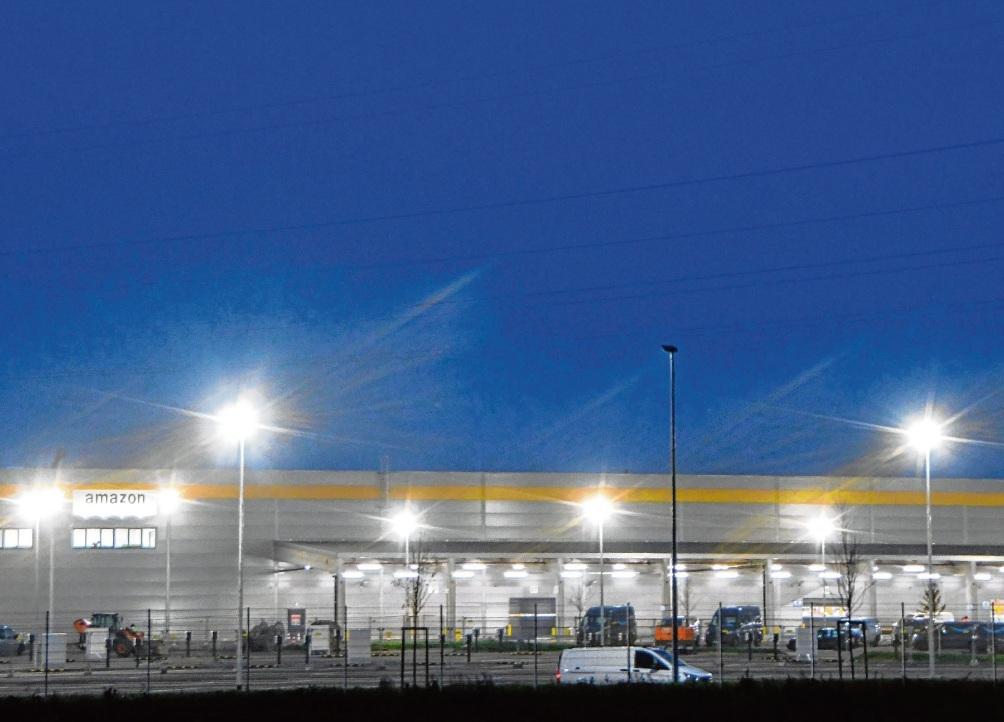 Die Ansiedlung von Amazon mit einem riesigen hell beleuchteten Parkplatz sorgte für viel Kritik in Bad Oldesloe.  Patrick Niemeier
