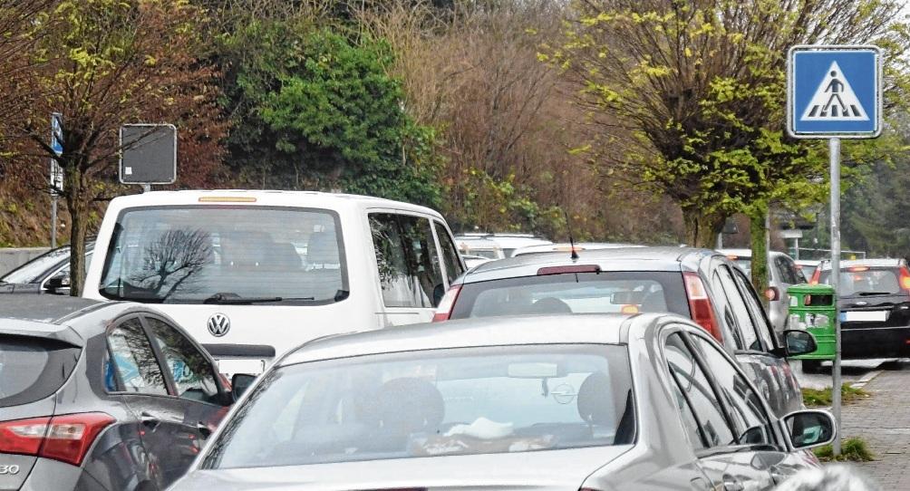 So sieht das Verkehrschaos vor der Stadtschule regelmäßig zu Drangzeiten aus.  Patrick Niemeier