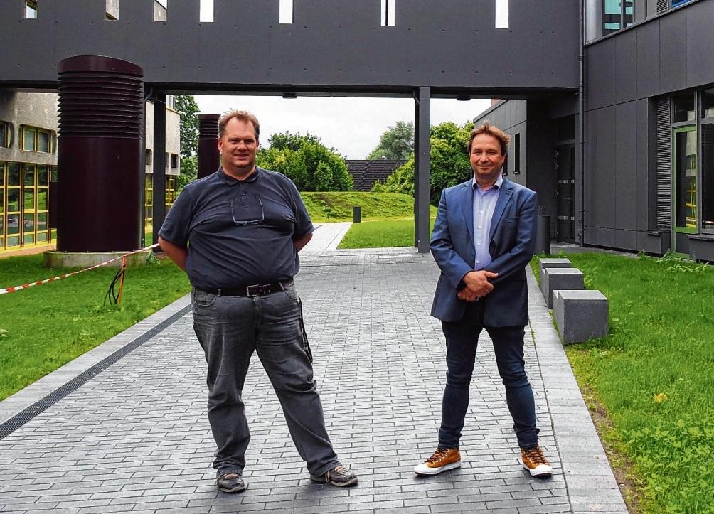 Schulleiter Kai Aargardt (r.) und sein Stellvertreter Micha Garber sind stolz auf den gelungenen Neubau (rechts im Bild), der mit dem Altbau durch eine Brücke verbunden ist.  Susanne Rohde