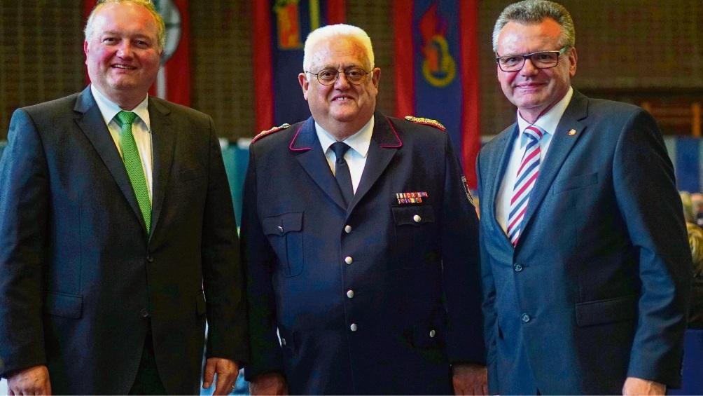 Kreisbrandmeister Gerd Riemann (Mitte) mit Landrat Dr. Henning Görtz und Kreispräsident Hans-Werner Harmuth. Patrick Niemeier