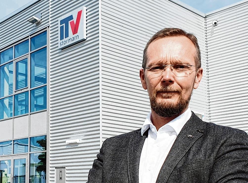 Christian Nowitzki vor der Zentrale des ITV Stormarn in Reinfeld.  Finn Fischer