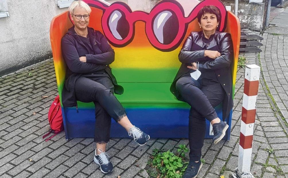 Nicole Brandstetter (links) und Angela Dittmar bauten mit ihrem Team die Bänke am 18. September wieder auf.  Patrick Niemeier