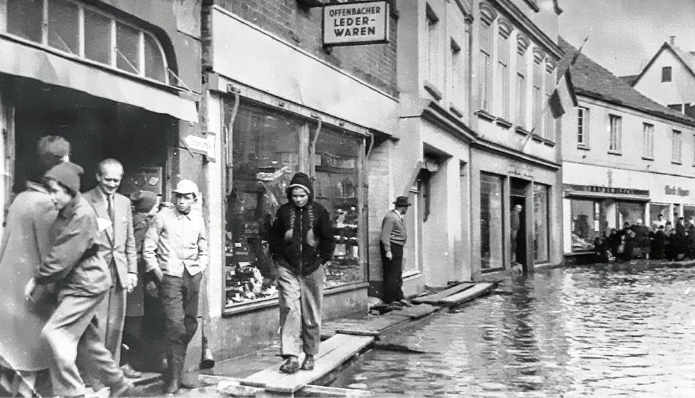 Hochwasser in der Bad Oldesloer Besttorstraße Mitte der 1950er Jahre.  Bad Oldesloe in alten Bildern