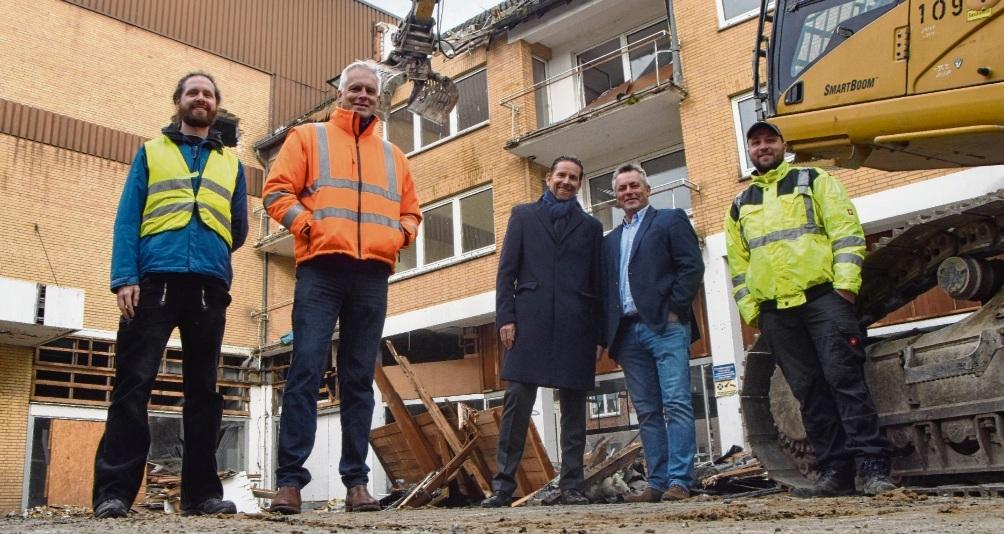 Bürgermeister Jörg Lembke (2.v.r.) und Frank Keske (neben ihm) freuen sich gemeinsam mit den Abbruchexperten, dass der Abriss nun in die entscheidende Phase geht.   Patrick Niemeier