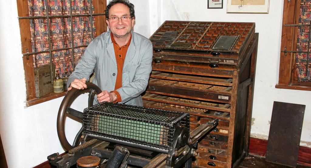 Andreas Friese bedient die Druckerpresse aus dem 20er-Jahren des 20. Jahrhunderts, die neu im Ellricher Stadtmuseum zu sehen ist. Friese ist einer der wenigen Personen im Südharz, die das alte Druckereihandwerk noch beherrschen.                                              <b>Hans-Peter Blum</b>