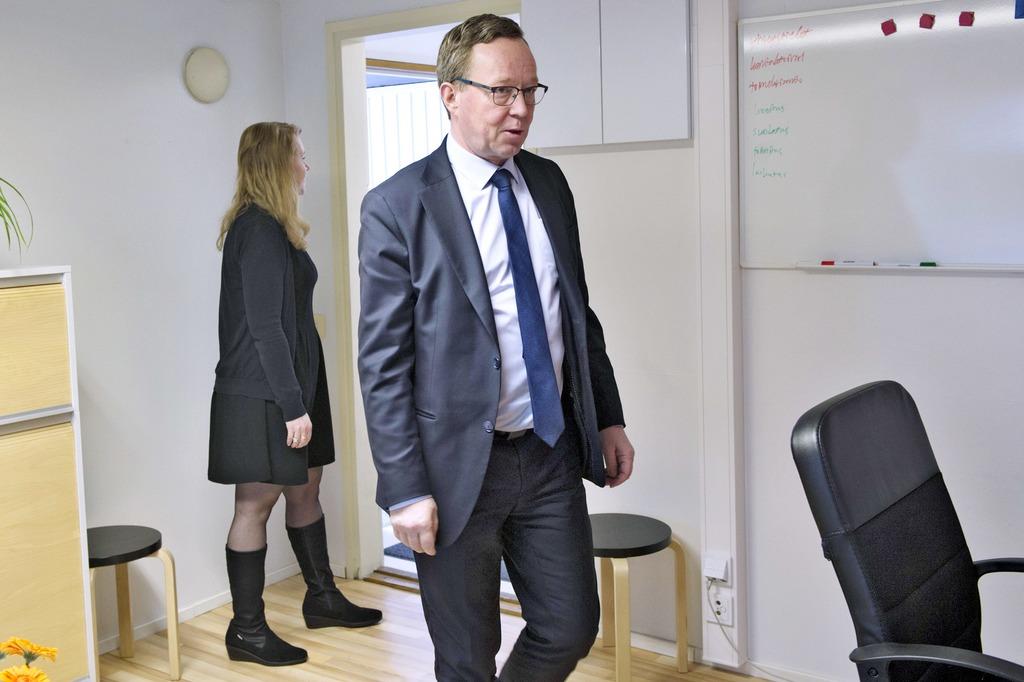 Elinkeinoministeri Mika Lintilä (oik.) tutustui torstaina Sanna Järvisen (vas.) vetämään Amisrekryyn.