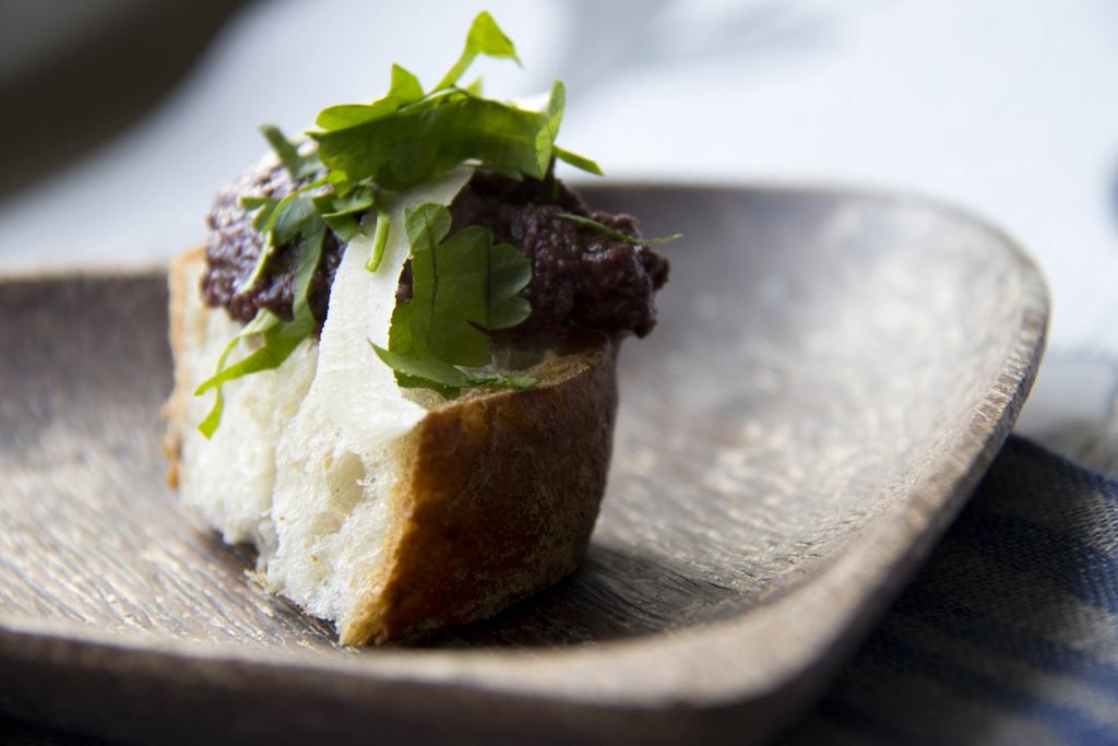 Maukas oliivitahna eli tapenade saa syvämakua sardellista. Koristele alkupala parmesaanilla ja tuoreyrteillä.
