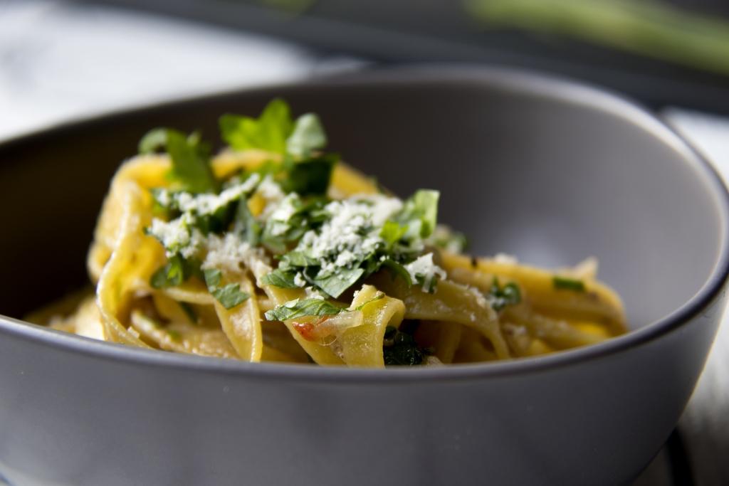 Suolainen sardelli, hapokas sitruuna ja rasvainen oliiviöljy imeytyvät nauhapastaan eli tagliatelleen. Tämä välimerellinen ruokaklassikko on todellista pikaruokaa, sillä se valmistuu alle kymmenessä minuutissa. Säilötyt sardellit ovat suolaisia, joten ruuan maustamiseen ei välttämättä tarvitse käyttää enää suolaa.