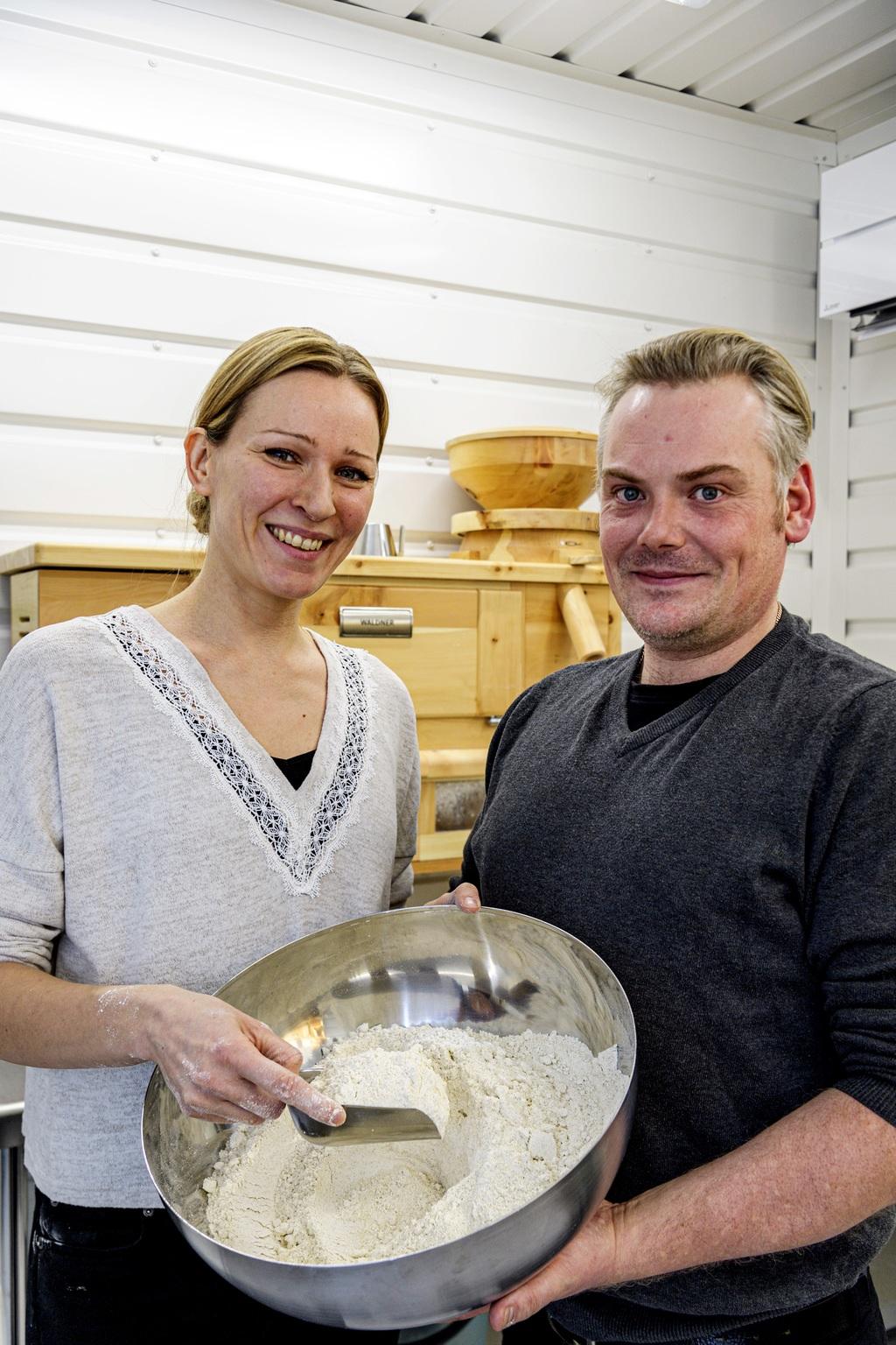 L Joeli ja Elina Lintulan myllytoiminta on pyörinyt reilun kuukauden verran.  – Nyt saa tehdä itse valmiiksi asti, kun sato on itse kasvatettu ja jauhettu jauhoiksi, Joeli Lintula kertoo.