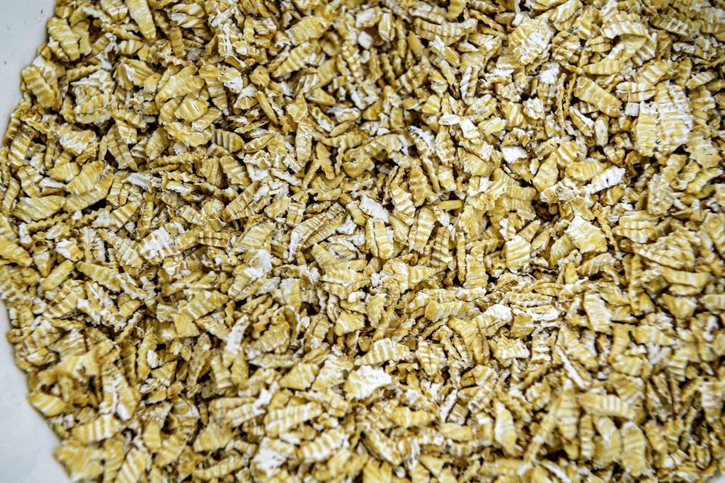 L Kaura säilyy parhaiten silloin, kun siinä on kuori paikallaan. Esikäsittelemätön kaurahiutale on parhaimmillaan neljän kuukauden päästä jauhamisesta.