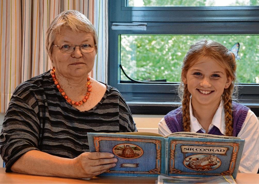 Jeden Donnerstag treffen sich Birgit Pausmer (links) und Njud, um das Lesen zu üben. Ahrens
