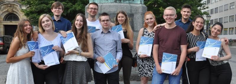 """Zwölf Schüler der Berufsbildenden Schule """"Eike von Repgow"""" nahmen eine Urkunde entgegen. Foto: Julia Irrling"""