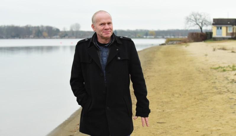 Fürs Foto zu dieser Serie baten wir alle Ratsfraktionschefs, sich mit ihrem bevorzugten Verkehrsmittel in Magdeburg zu zeigen. Zu Fuß am Barleber See bummeln – das ist Roland Zanders liebste Fortbewegung. Auch in der Stadt geht er gern zu Fuß. Foto: Uli Lücke