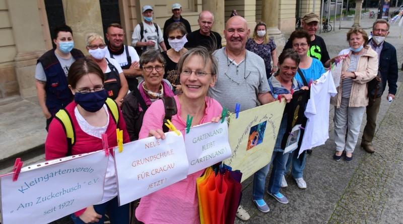 Cracauer Kleingärtner demonstrieren vor dem Rathaus für den Erhalt ihrer Parzellen – kontra Schulneubau an der Ecke Cracauer Straße/Zuckerbusch. Foto: Uli Lücke