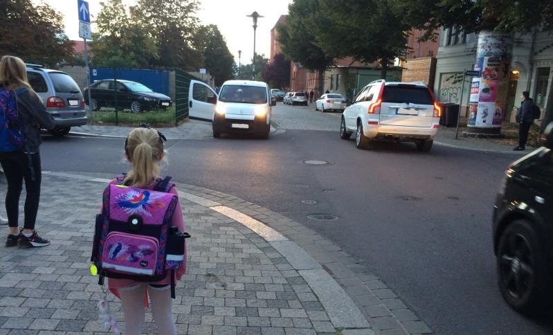 Je näher man der Grundschule kommt, desto unübersichtlicher wird zu den Bringezeiten die Situation. Foto: Christina Bendigs