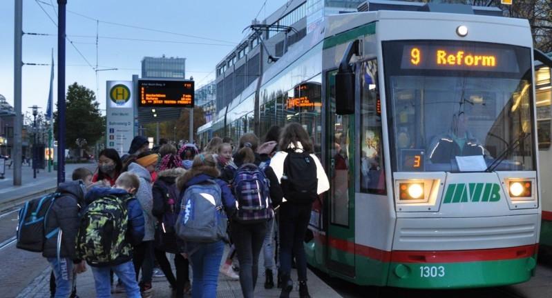 Von 22 000 Magdeburger Schülern fährt rund ein Drittel wegen langer Schulwege bereits kostenlos mit Bus und Bahn. Jetzt sollen alle in den Genuss kommen. Foto: Katja Tessnow