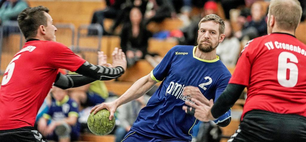 Simon Godde (am Ball) behauptet sich gegen die Cronenberger Daniel Neuburg (links) und Tim Krugmann.                                               <b>Michael Gohl</b>