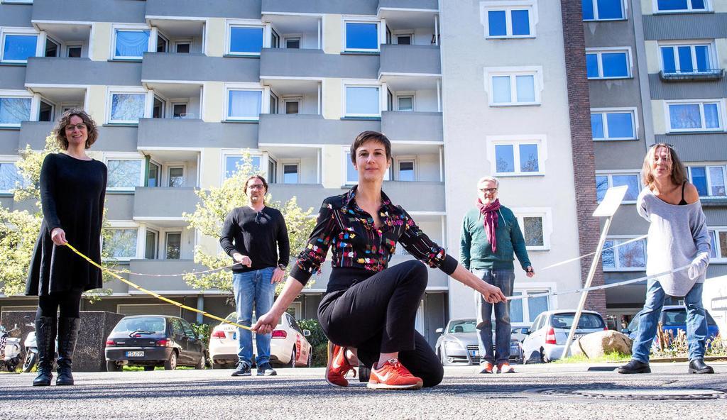 Kunst zeigen und trotzdem auf Abstand bleiben: Annette Heuser, Markus Stollenwerk, Jelena Ivanovic, Rainer Besel und Esther Krause-Paulus (von links nach rechts) zeigen schon mal, wie das geht.                                              <b>Socrates Tassos</b>                                              FUNKE Foto Services