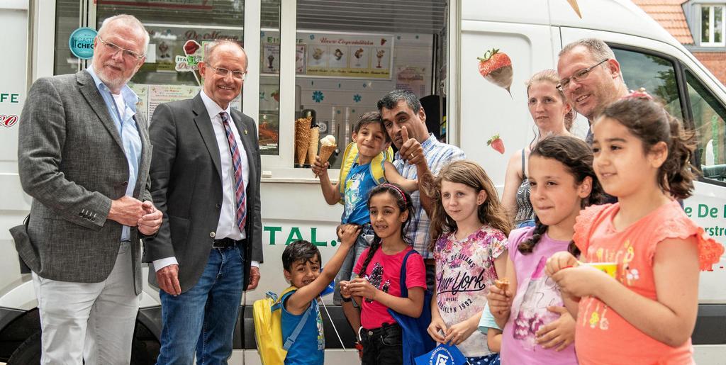 Auch ohne Taubenstart hatten die Kinder, aber auch Bürgermeister Ulrich Roland und Dr. Peter Fischer (Kinderschutzbund) Spaß.    <b>Foto: Oliver Mengedoht</b>