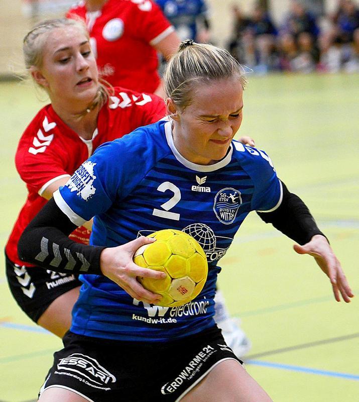 Auch SG-Rechtsaußen Julia Eckhardt (vorne) sah kaum einmal Land gegen die aggressive Dortmunder Deckung. Lediglich einen Treffer brachte die Wittenerin zustande.                                              <b>Barbara Zabka</b>