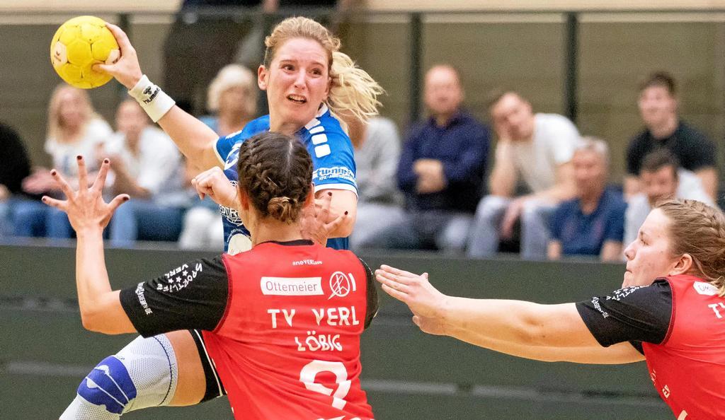 Ihre acht Treffer waren eines der Glanzlichter beim deutlichen Auswärtserfolg der SG ETSV Ruhrtal: Julia Lewe (am Ball).                                              <b>Bastian Haumann</b>